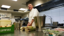 Sterrenchef Peter Vangenechten in de keuken van La Belle
